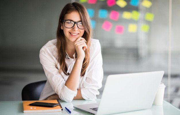 mulher-de-negocios-bem-sucedida-trabalhando-em-um-laptop-e-pensa-em-novas-ideias-em-seu-escritorio