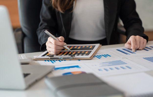 mulheres-de-negocios-olhando-e-analisando-graficos-de-relatorios-financeiros-no-escritorio